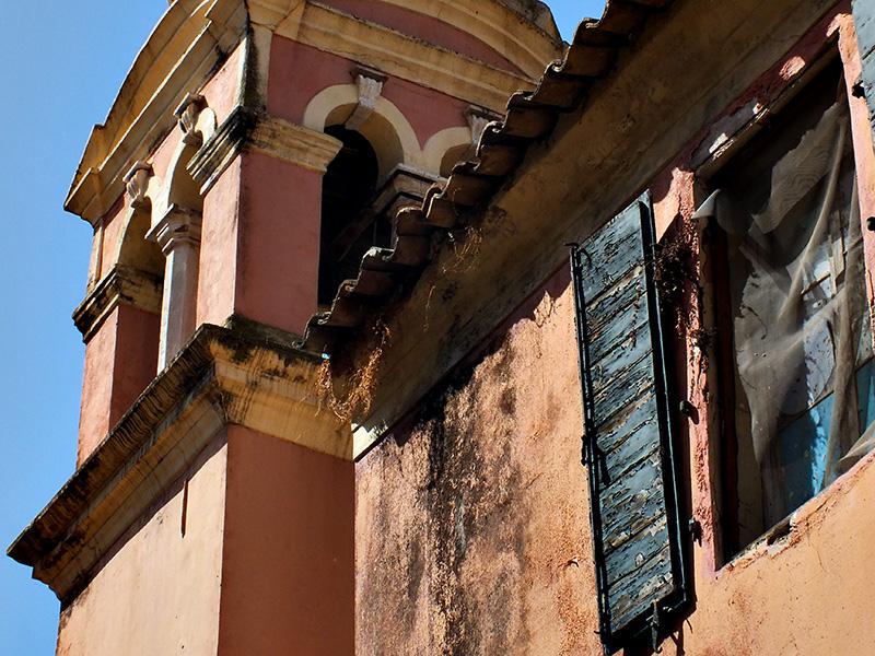 Auch mitten in Korfu-Stadt gibt es zahlreiche dieser Häuser