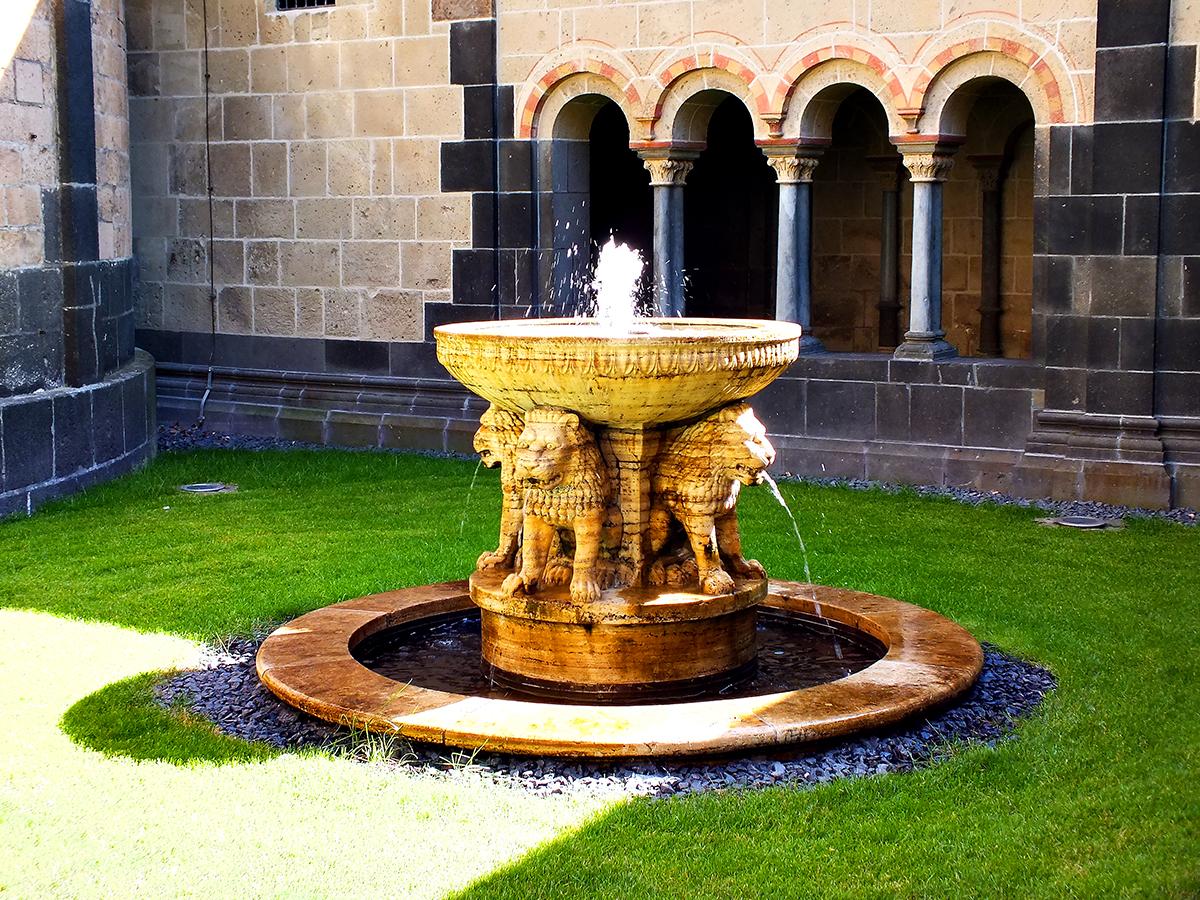 Springbrunnen im Innenhof