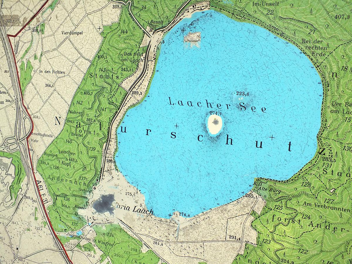 Umgebungskarte – das Loch links unten ist der aktuelle Standort, das Loch in der Mitte See