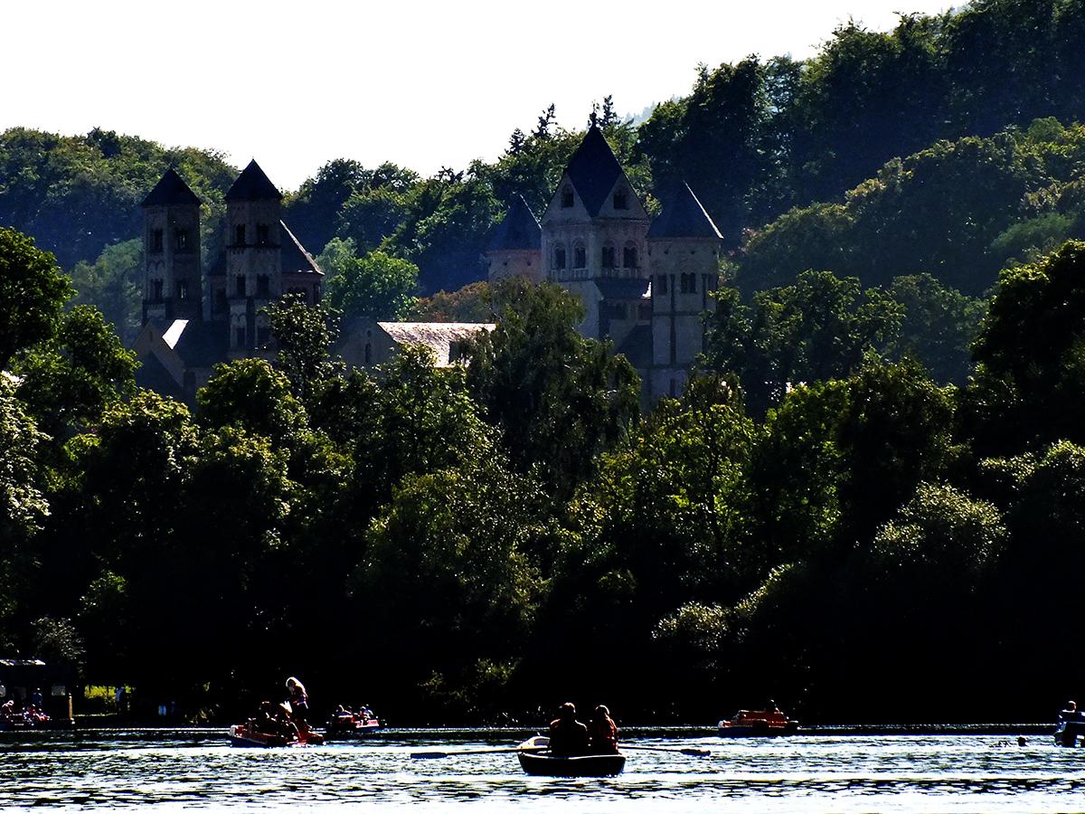 Blick auf die Abtei vom Laacher See aus