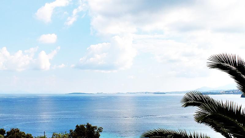Blick vom Hotelzimmerbalkon auf das Meer