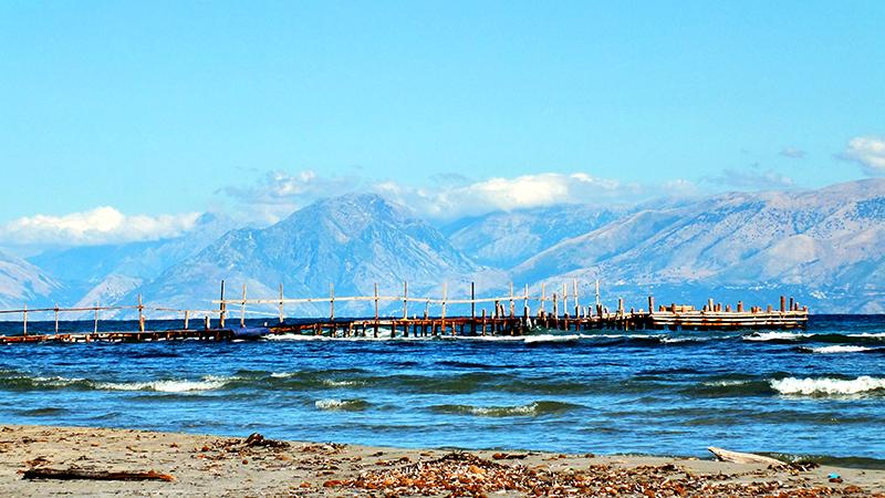 Strand mit Steg (und Albanien im Hintergrund)
