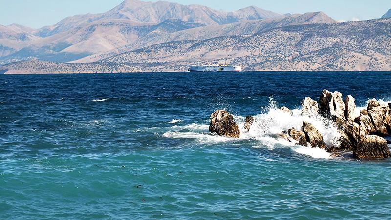 Gefährliches Riff mit Schiff (und Albanien im Hintergrund)