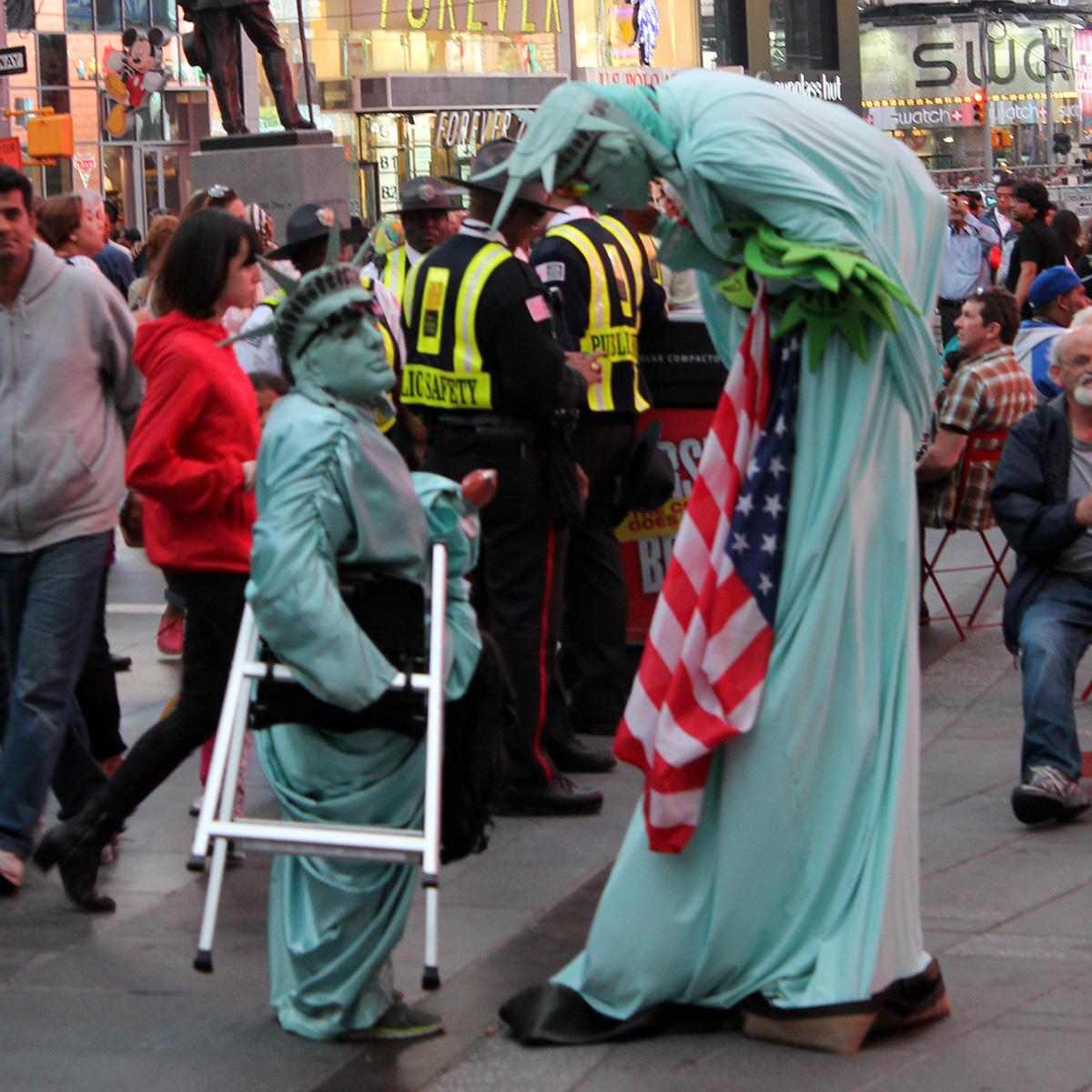 Zwei Freiheitsstatuen auf dem Times Square
