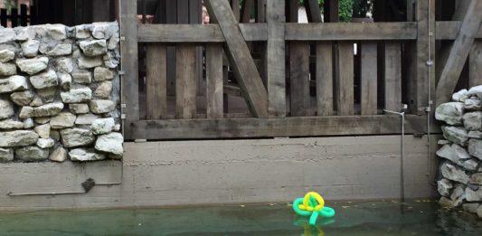 In einem Wasserbereich des Phantasialands schwimmt ein mit Luftballons geknotetes Tier