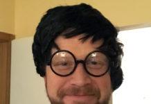 Ich trage eine Perücke und eine runde schwarz umrandende Brille