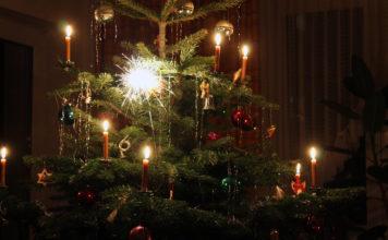 Weihnachtsbaum mit brennender Wunderkerze