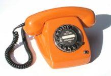 Ein orangefarbenes Telefon mit Wählscheibe