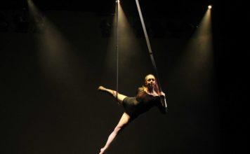 Eine Artistin hängt in Seilen in der Luft