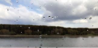 Blick auf den Rhein durch verregnetes Fenster