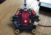 Eine Platine mit sechs abgerundeten Zacken, in der Mitte ein LED-Feld, das ein Herz formt.