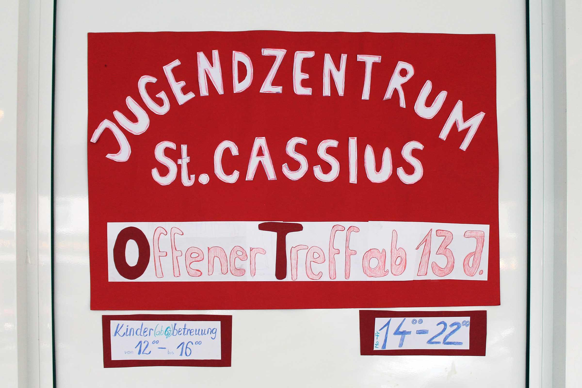 Ein Schild: Jugendzentrum St. Cassius, Offener Treff ab 13. J.