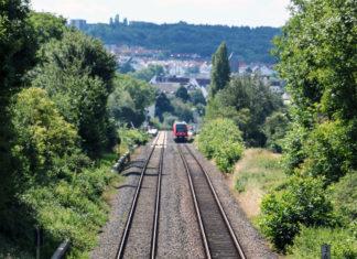 Bahnhof Helmholtzstraße in der Ferne, davor zwei Gleise
