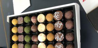 Eine Box mit bunten Pralinen, fein in Reih und Glied sortiert.