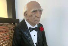 Fast lebensgroße Figur eines Butlers im Frack mit Fliege, weißer Haarkranz und ein silbernes Tablett in der Hand.