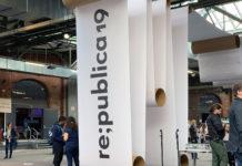 Eine riesige Papierrolle, die über das komplette Gelände abgewickelt wurde. An dieser Stelle hängt sie von der Decke bis fast zum Boden und das Logo der Republica ist auf ihr abgebildet.