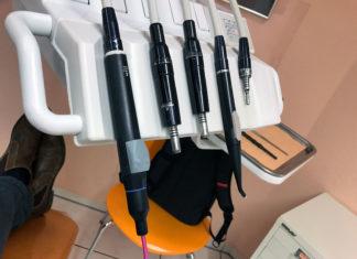Einige Zahnarztinstrumente, im Hintergrund mein Fuß und mein Rucksack.
