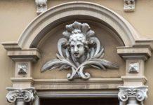 Ein Frauenkopf als Verzierung einer Fassade