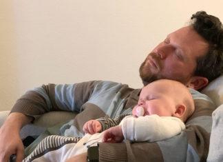 Ich halte Klein-Lea im Arm, beide schlafen