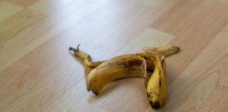 Eine Bananenschale liegt auf dem Boden