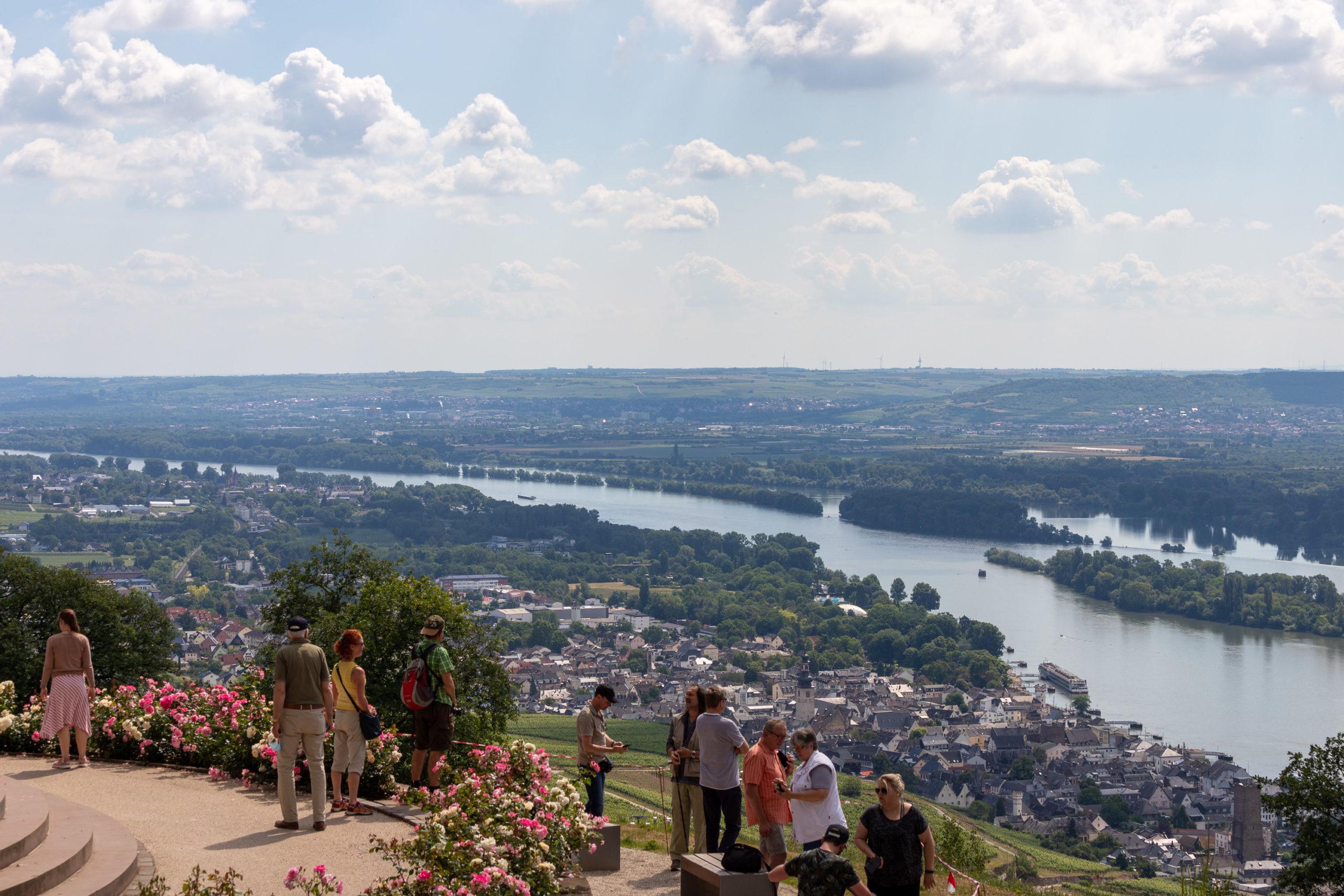 Blick von oben auf den Rhein, man sieht einige Menschen stehen, die ebenfalls runtersehen.