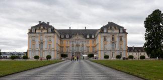 Das Schloss mit Innenhof von vorne