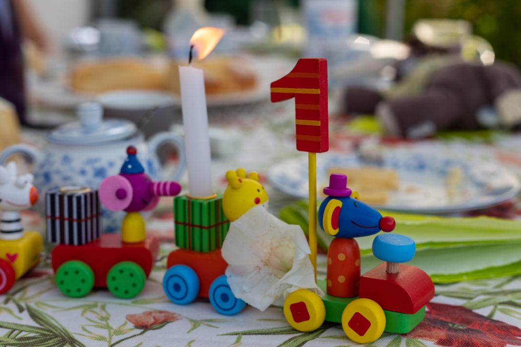 Ein Geburtstagszug mit einer brennenden Kerze und vorne einer großen 1.