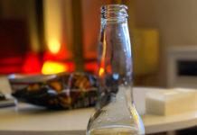 Eine Flasche des Biers Corona Extra auf einem Tisch.