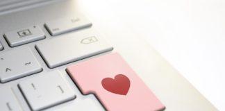 Eine Tastatur, deren Enter-Taste rosafarben ist und ein rotes Herz hat.