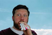 Johannes bläst in eine Luftrüssel-Tröte, wie das laut Wikipedia heißt